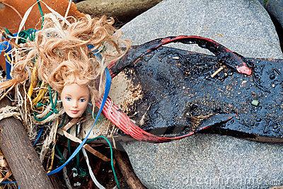 oil-spill-flotsam-washed-ashore-19017934